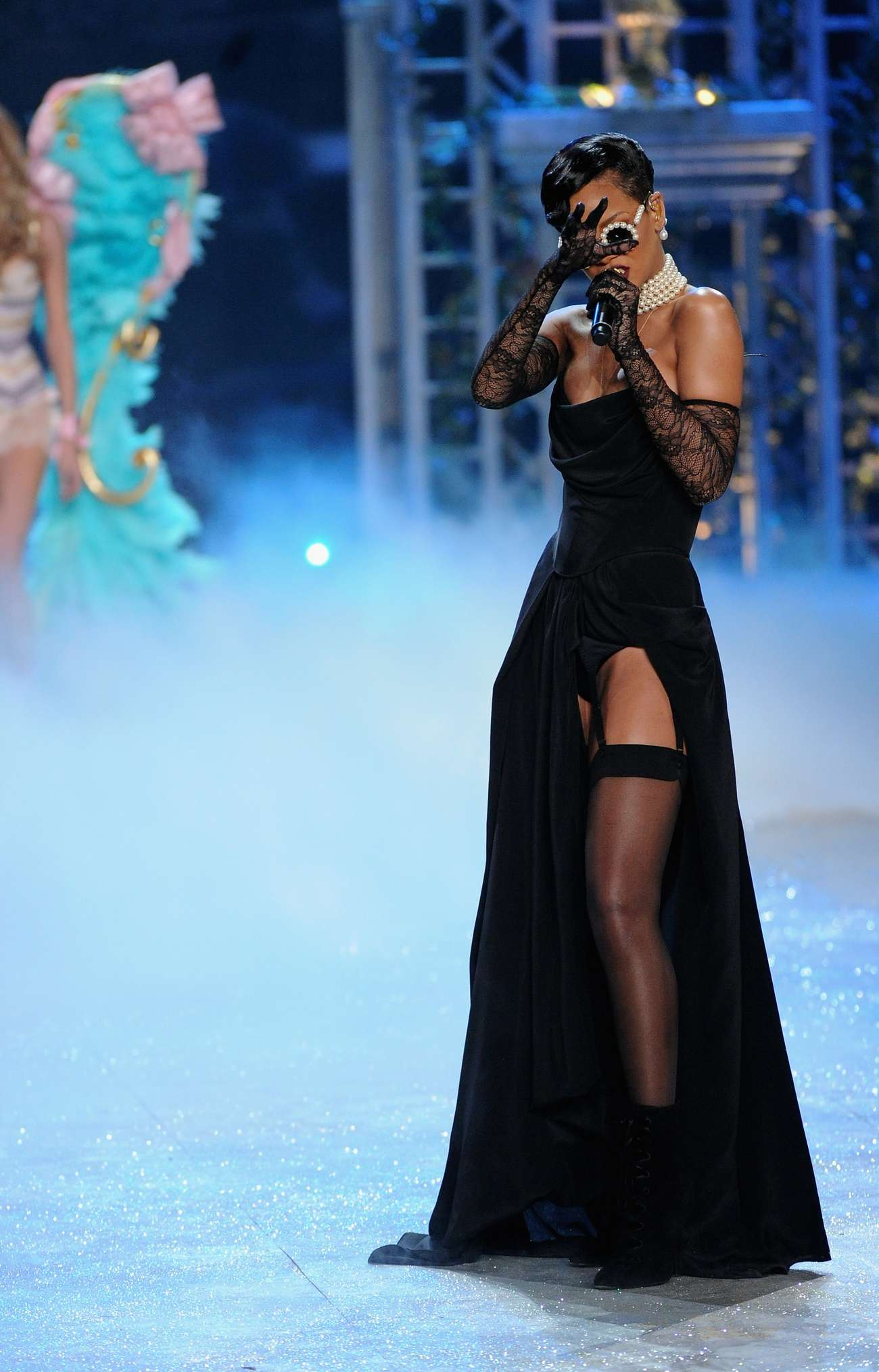 Rihanna rocks catwalk at victoria s secret fashion show for Where do models live in nyc