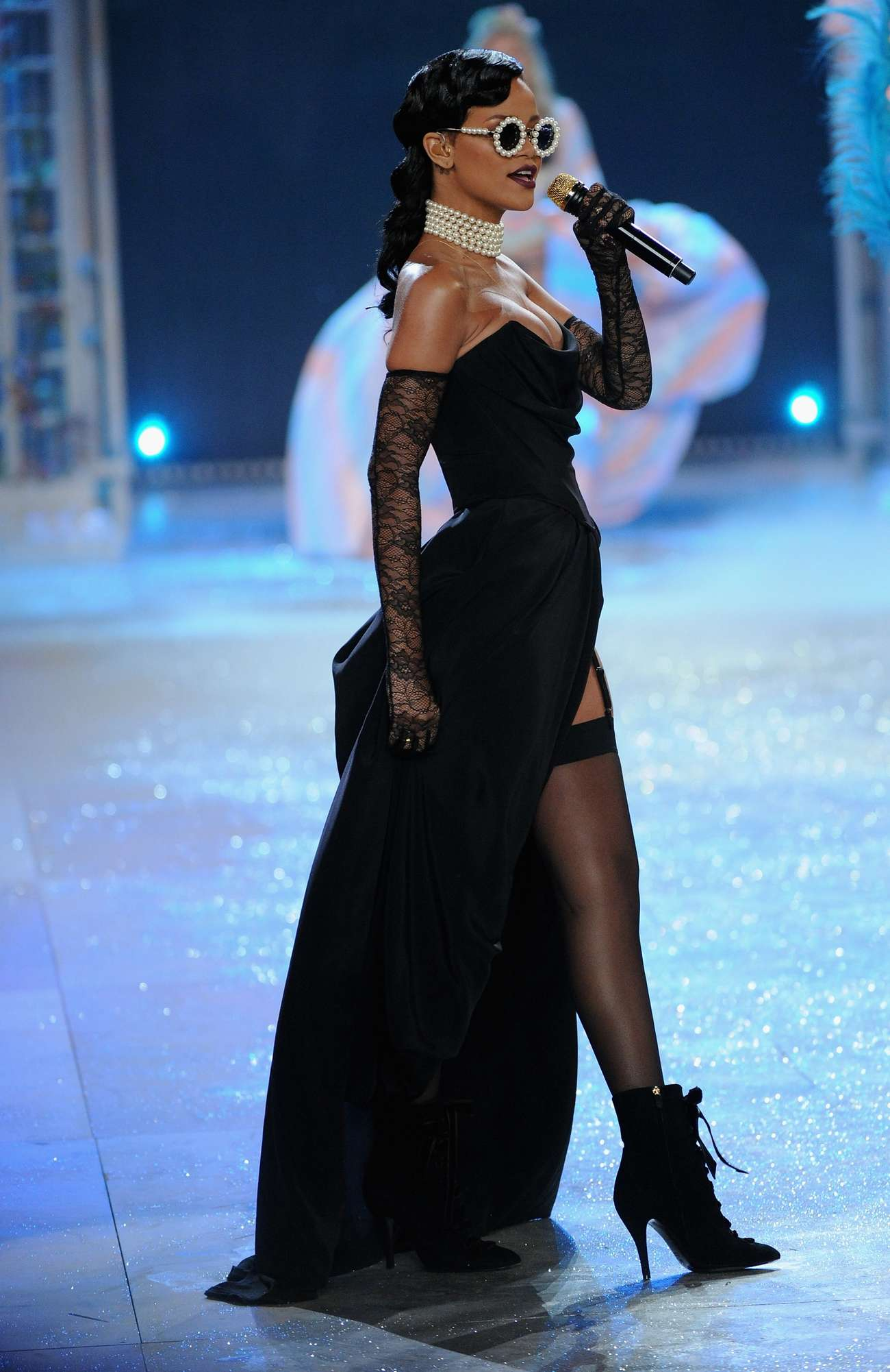 Rihanna Rocks Catwalk At Victoria S Secret Fashion Show 2012 Photos Scopecube