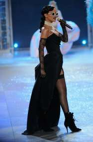 Rihanna rocks Catwalk at Victoria's Secret Fashion Show 2012 [Photos] 005