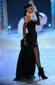 Rihanna rocks Catwalk at Victoria's Secret Fashion Show 2012 [Photos] 005