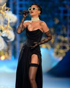 Rihanna rocks Catwalk at Victoria's Secret Fashion Show 2012 [Photos] 006