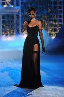 Rihanna rocks Catwalk at Victoria's Secret Fashion Show 2012 [Photos] 007