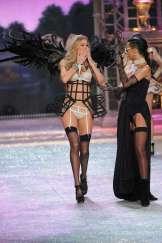 Rihanna rocks Catwalk at Victoria's Secret Fashion Show 2012 [Photos] 008
