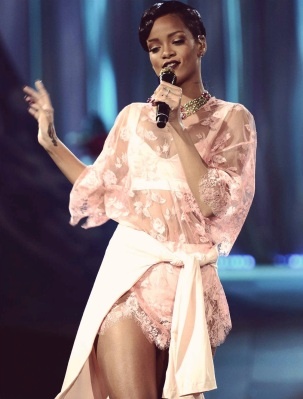 Rihanna rocks Catwalk at Victoria's Secret Fashion Show 2012 [Photos] 013