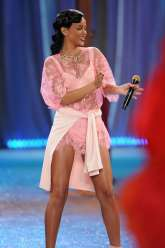 Rihanna rocks Catwalk at Victoria's Secret Fashion Show 2012 [Photos] 014