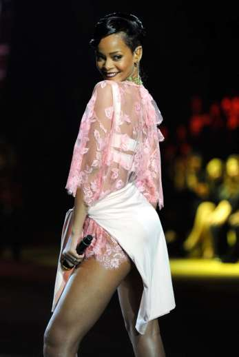 Rihanna rocks Catwalk at Victoria's Secret Fashion Show 2012 [Photos] 018