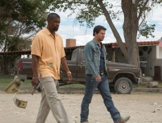 2 Guns Trailer- Denzel Washington and Mark Wahlberg Team Up [Movies] 04