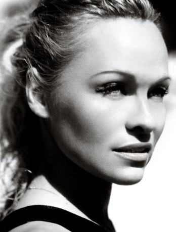 Pamela Anderson Vogue Brasil June 2013 by Mario Testino [Photos] 08