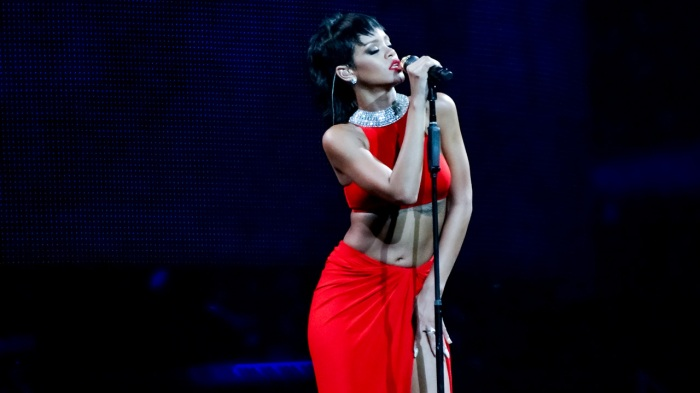 Rihanna-Diamonds-World-Tour-2013-Perth-Arena-feat