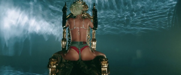 Rihanna - Pour It Up (Explicit) [Music Video] 07