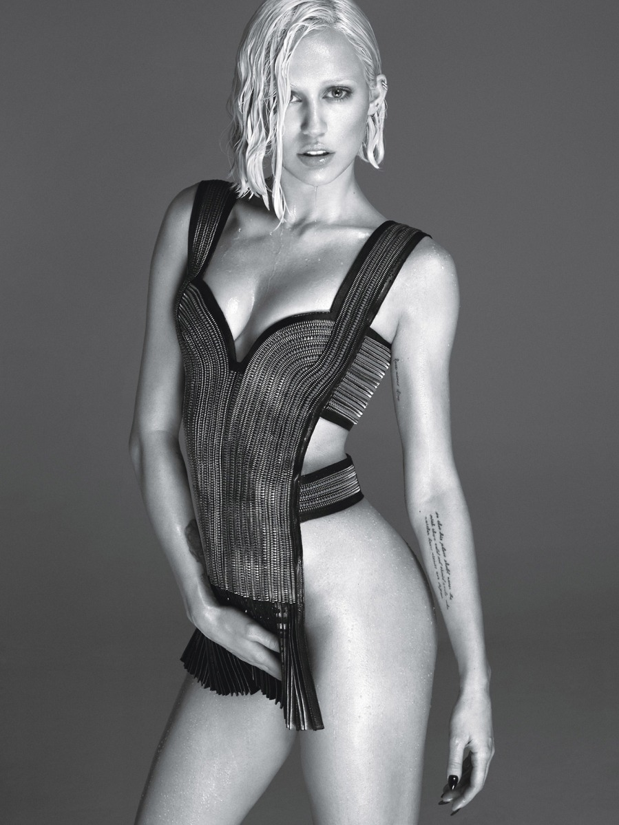 Miley Cyrus looks stunning in sexy out fit