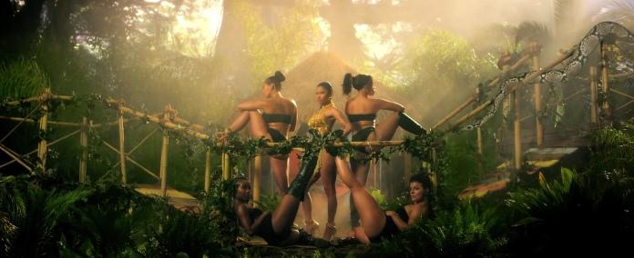 Nicki_Minaj's_Anaconda_Music_Video_Features_Intense_Lapdance_01