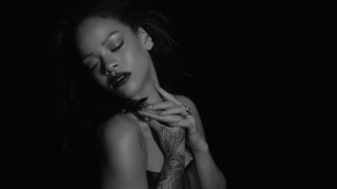 Rihanna-Kiss-It-Better-still-face-hand-classs