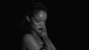 Rihanna-Kiss-It-Better-still-face-hand